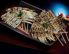 骨まで丸ごと食べられる!琵琶湖特産「湖鮎」の炭火焼